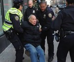 Policía de Nueva York golpea a anciano en plena calle